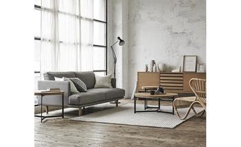 金属の脚がモダンなデザインのローテーブルは、インテリアの色数を抑えるとシックなお部屋になります。