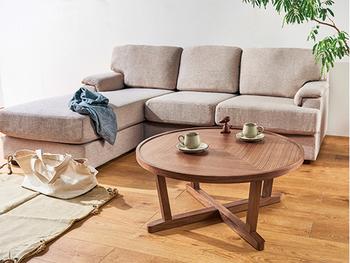 ナチュラルな木製のローテーブルは、布製のソファと相性ぴったり。ラグもナチュラルテイストでまとめましょう。