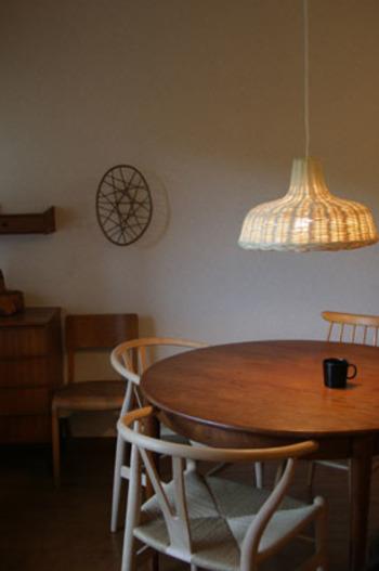 丸いダイニングテーブルには、曲線が美しいハンス・J・ウェグナーのYチェアを合わせて。ダイニングが特別な空間になります。