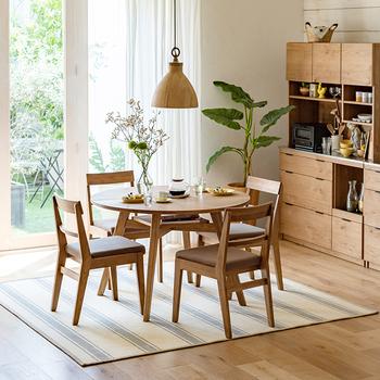 オーク材の丸いダイニングテーブルとチェアは、どんな雰囲気にも馴染む組み合わせです。コンパクトなサイズでもゆったりくつろげます。