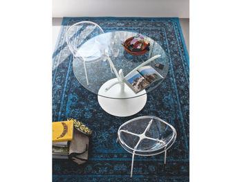 ガラス天板のダイニングテーブルには、クリアなチェアが似合います。人とは違うデザインを追求したい人におすすめです。