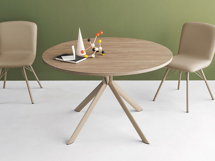部屋の中でも大きな面積を占めるテーブル。正方形や長方形の天板が多いですが、丸い形のテーブルにしてみませんか?角がないのですっきりとして見え、まるでアート作品のようにおしゃれ。使い勝手も良いんです。