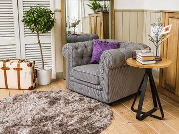 脚が個性的なデザインのサイドテーブルなら、お部屋のアクセントになります。飾り棚のようにも使えます。