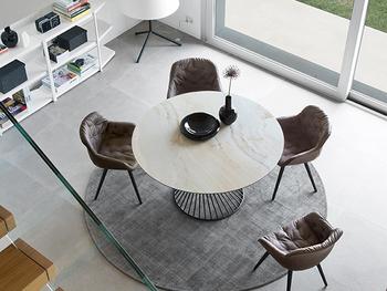 大きな丸いテーブルがダイニングの主役に。食事するときだけではなく、くつろぎのスペースとしても使いたいですね。