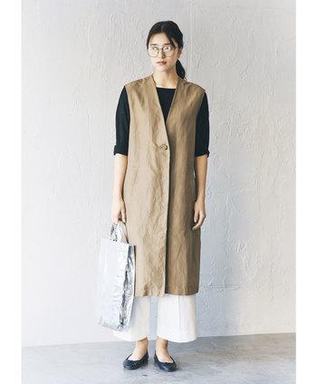 リネン混のさらりとした着心地のノースリーブコート。トレンチコートのような感覚で、パンツスタイルからワンピースやスカートスタイルにも、幅広い着こなしが叶います。