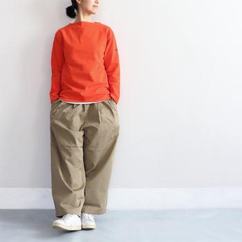 ゆったりシルエットが可愛い2タックワイドパンツ。トップスに暖色系のオレンジを合わせて、元気の出る暖かな着こなしに。また、程よい厚さの生地は適度な張りがあり、股上深めなデザインなのでゆったり楽な履き心地が叶います。ゆったりカジュアルから、モードな着こなしまで幅広く使えます。