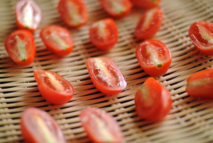 実は干し野菜は、とっても簡単に作れるんです。野菜をカットしたら、干しかごやザルに並べて、日中、風通しの良い日陰に置いておくだけで、美味しい干し野菜に。