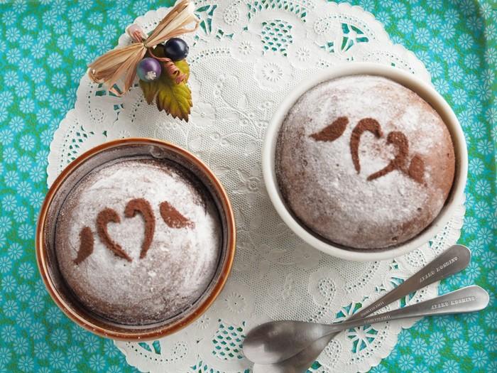 こちらも材料をすべて混ぜるだけでできる簡単蒸しパン。ココアの代わりに板チョコを使うことで、より手軽に作ることができます。容器はココット皿のほか、マグカップやシリコンなどお家にあるもので作れるのも嬉しいですね。