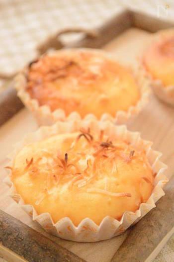 パンでよく使われる強力粉ではなく小麦粉を使っているので、お家にある材料で作れる簡単ココナッツカップパン。生地もしっかりしていて甘味もあり、見た目よりも食べ応えがあるのでお腹満足になりますよ。