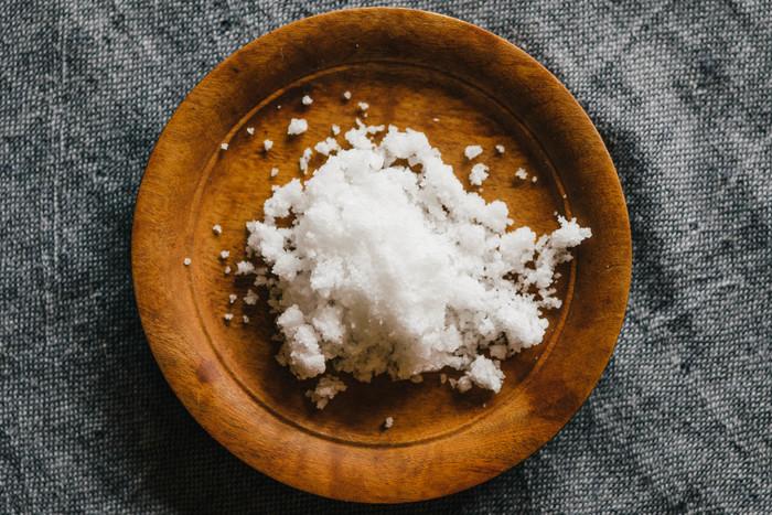 お料理のアクセントとしてよく使われるお塩。産地や加工法によって結晶の大きさや味が違ったりと様々ですが、お塩を変えるだけで料理の味がガラリと変わります。いくつか揃えておいて、料理によって使い分けるのもおすすめですよ。