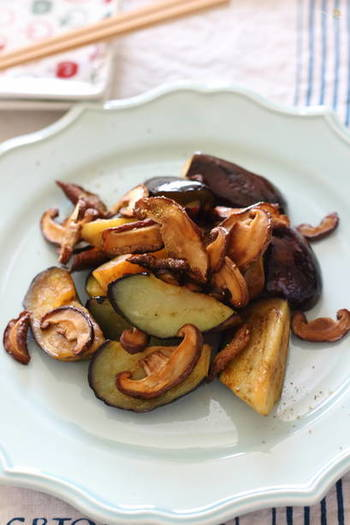 ちょい干ししてほどよく水分が抜けた椎茸と、茄子をバターと醤油で炒めた食感も味も◎の「茄子と旨椎茸のバター醤油炒め」。仕上げに粉山椒を振り、香りをアップ。おかずだけでなく、おつまみにも良さそう。