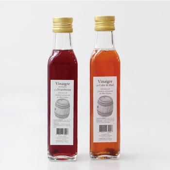 """パッケージがシンプルでおしゃれな「Huilerie de Blot(ユイルリードゥブロ)」の""""ビネガー""""は、フランスで1857年に創業された、老舗醸造元が作るお酢です。ラズベリーやシードルを混ぜてあり、お酢そのものの色合いの美しさも食欲をそそります。"""