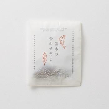 """静岡県・焼津市で代々鰹節づくりを続けてきた「ちきり清水商店」とおしゃれな雑貨などをたくさん取り扱う「中川政七商店」とのコラボで生まれた合わせだし。鰹節は夫婦円満の象徴とされ、昆布も""""よろこんぶ""""と呼ばれているため、お祝い事の贈り物としてもぴったりです。"""