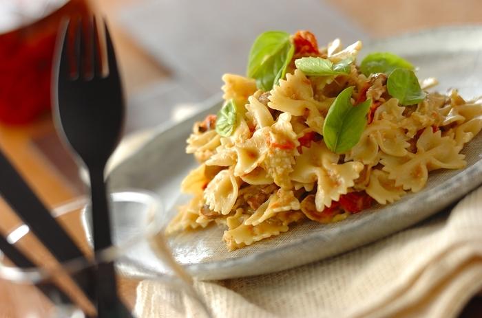 干しプチトマト、干しマッシュルーム、ナス、モッツァレラチーズで作るパスタ。干して甘く濃厚になった干しトマトと、旨味アップのマッシュルームの相性も抜群。ファルファッレのパスタの可愛らしさに、食卓が華やかになりそう。