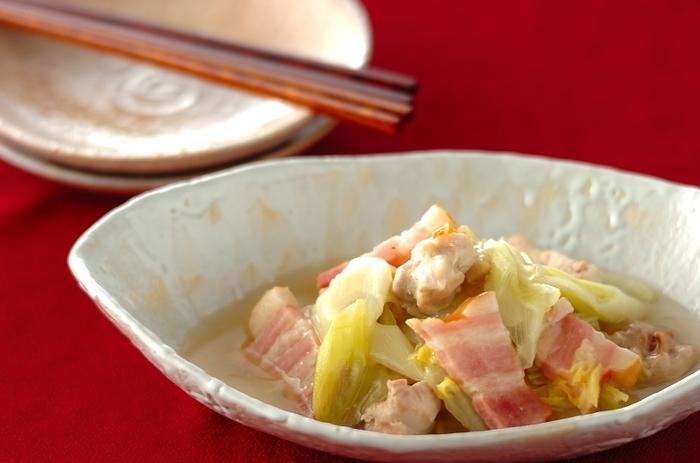 干し白菜、鶏もも肉、厚切りベーコン、白ネギ、ショウガで作る「干し白菜と鶏もも肉のあんかけ」。干して味が染み込みやすくなった白菜にたっぷりと鶏肉の旨味が染み込み、つい食べ過ぎてしまいそう。