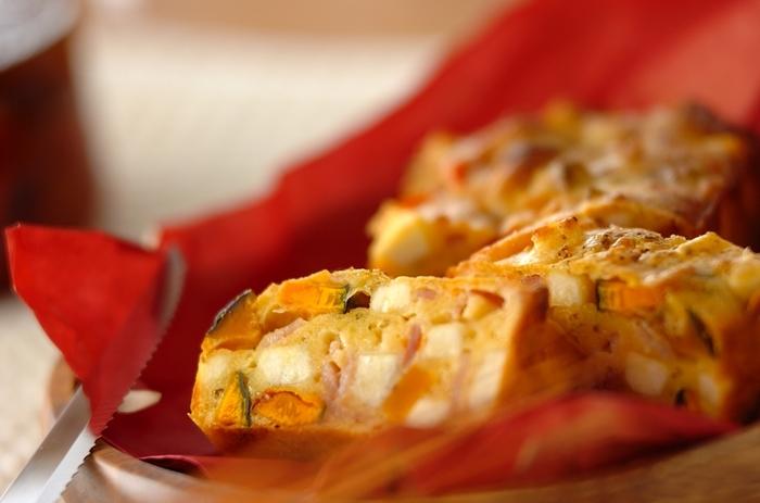 油で揚げた干しカボチャ、干しプチトマト、サツマイモ、粉チーズ、グリュイエールチーズ、ベーコン、オレガノが入った、ボリューム満点の「干し野菜のケークサレ」。休日のブランチや、持ち寄りパーティーにも使えそう。