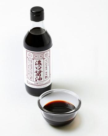 """こっくりとした深い色の「中川政七商店」の""""濃口醤油""""は、蔵元で丁寧に育てられた醤油です。奈良県産の素材を使っており、原材料にもこだわっています。しっかりとした旨味もあり、素材の味を引き立ててくれますよ。"""