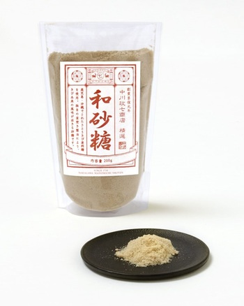 """100年に渡りお砂糖を作り続ける大阪の「上野商店」と「中川政七商店」がコラボレーションして作り上げた""""和砂糖""""は、料理にもスイーツにも使える優しい味わいの砂糖です。しっとりとした粉ですが、通常のお砂糖と同じように使うことができます。"""