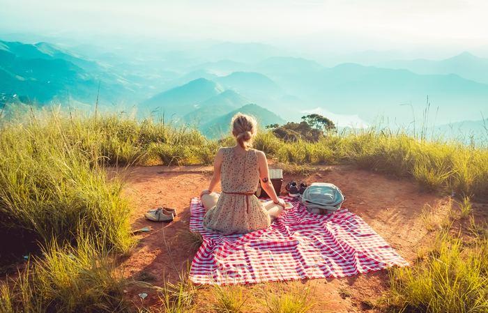 いつもの場所から抜け出して、景色や空気をがらりと変えてみるのも良い気分転換になるソロタイムの過ごし方です。一人でのお出かけ&旅行なら自分の好きなところへ行き、誰にも気を使わずに好きなだけ楽しむことができますし、新しい自分を発見できるきっかけにもつながります。お出かけ好きの方はもちろん、思い切った行動になかなか出られないという方にもオススメの方法です。知らない土地を訪れることは、脳と心に良い刺激をもたらしてくれるはずですよ!