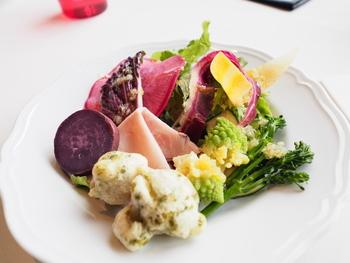 カラフルな三浦野菜の素材を生かしたフレッシュサラダです。一種類ずつ丁寧に盛り付けて、全体が丸くなるようにまとめています。