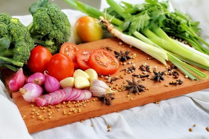 初心者さんが美味しそうなサラダを作るときにまず気を付けたいのが、食材選び。トマトやパプリカといった赤、コーンや卵、レモンといった黄色、チーズやカブ、大根などの白、アンチョビや黒コショウなどの黒をグリーンに合わせるようにしていくと、簡単にバランスのいい華やかなサラダに仕上がります。グリーン一色でお洒落に仕上げるのは、上級者の技ですね。