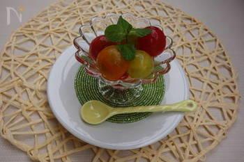 トマトをデザート風にコンポートにするのも素敵なアイデア。カラフルなミニトマトを使って美しく仕上げれば、おしゃれな前菜にもなります。よく冷やして召し上がれ。