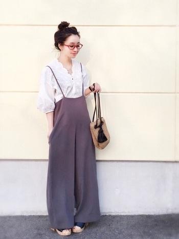 ワイドやゆったりサイズのオールインワンも、華奢な肩紐ならブラウスと合わせてフェミニンな着こなしが叶います。ハイウエストぎみのデザインは、スタイルアップ効果も期待できます。