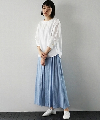 大人にぴったりなマキシ丈のスカートは、薄軽素材で春らしくアップデート。トップスをインすればバランスよく、アウトにすれば今っぽいシルエットに仕上がります。