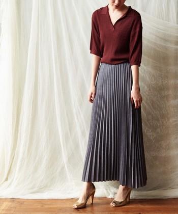 淡いグレーでスカートスタイルに都会的な香りを。プリーツのひだは細いほど女性らしく見せられます。