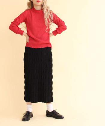 体にフィットするタイトスカートが一枚あれば、ハンサムなスカートルックが即完成。膝より下の長め丈を選ぶのが今年らしいチョイスです。