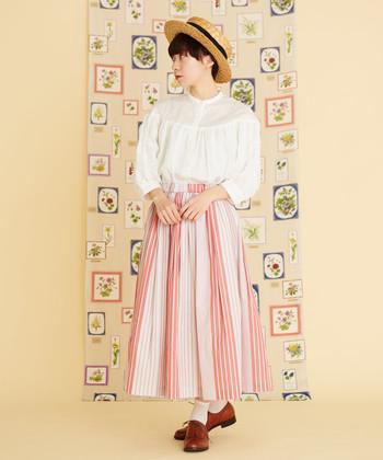 装いの鮮度を高めてくれるのがストライプのスカート。いつものトップスも、ストライプスカートを合わせるだけでグッと新鮮なイメージに!縦ライン効果で下半身もほっそり見せられます。