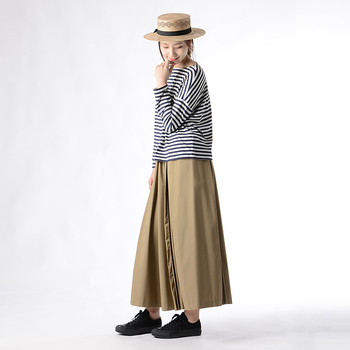 「普通のプリーツスカートはもう持ってる!」という方におすすめなのが、部分的にプリーツを施した技ありタイプ。普段のワンツーコーディネートも、たちまち遊び心のある着こなしに仕上がります。