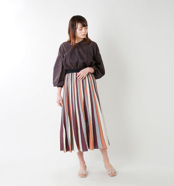 いろんな色を使ったマルチストライプで民族調を意識。トップスはスカートの柄に使われている色から拾って。