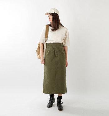 カーキブームは今シーズンも健在。スカートで取り入れれば、甘く過ぎず辛過ぎない、ほどよくフェミニンな着こなしが楽しめます。