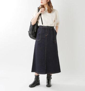 ゴツめのショートブーツを指名して、シンプルな着こなしにワークな雰囲気を。トップスは裾INが好バランス。