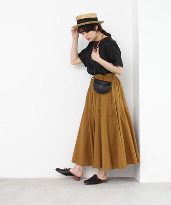 春夏に着るマスタードってちょっと新鮮!スカートのカラーリングが引き立つよう、他のアイテムはダークカラーでまとめて。