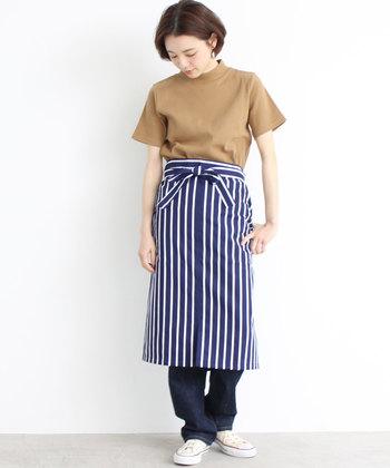 おしゃれ感バツグンのエプロン風スカートは体型カバーにもお役立ち。初心者さんはジーンズとのレイヤードスタイルから挑戦を。