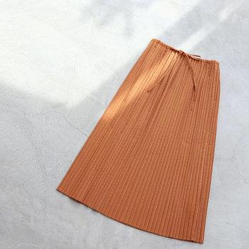 コーディネートを春らしくしてくれる最旬スカート。ワードローブに一枚あると、いつもの着こなしも新鮮&軽やかな印象に変わります。 ぜひお気に入りを見つけて、春らしく女性らしいスカートルックを満喫しましょう!