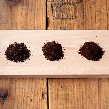 豆の挽き方による味の違いも楽しめます。左は粗挽きで酸味が強く、真ん中の中挽きは一般的なバランス、右の細挽きは苦味とコクが強くなります。挽き方を変えながら、自分好みの味を探すのもとても楽しいですよ。