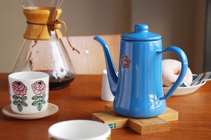 コーヒーポットはお湯の注ぎ口や形状に特徴があり、コーヒーをドリップするのに必須アイテムです。こちらは、鮮やかなカラーところんとしたレトロな形がキッチンを彩ってくれる「月兎印」のコーヒーポット。注ぎ口が細いのが特徴で、少しずつ狙った場所にお湯を注ぐことができます。1943年(昭和18年)創業の信頼ある琺瑯メーカー「野田琺瑯」が製造を行っており、ひとつひとつが職人による繊細な手作業で作られています。発売から30年以上経つ、色褪せない可愛さが魅力のロングセラーアイテムです。