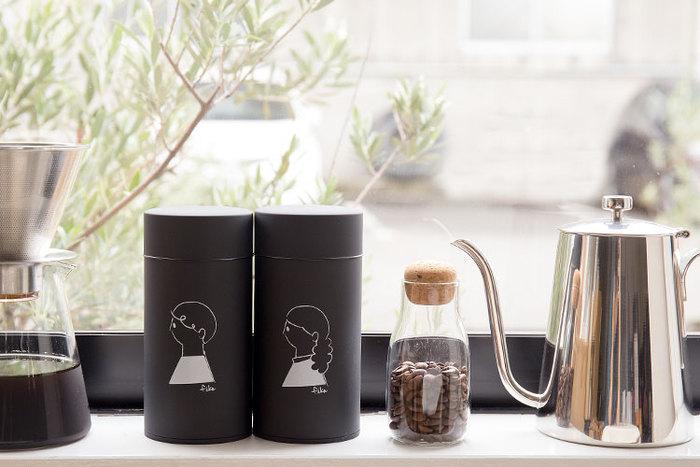 コーヒー豆の風味を長く楽しむには、保存方法も大切。密閉された容器に入れると更に長期間味と香りを守ることができます。こちらの「fika」のコーヒービーンズボトルは、シンプルな丸い形の缶に可愛いイラストが描かれたインテリア性の高いアイテム。