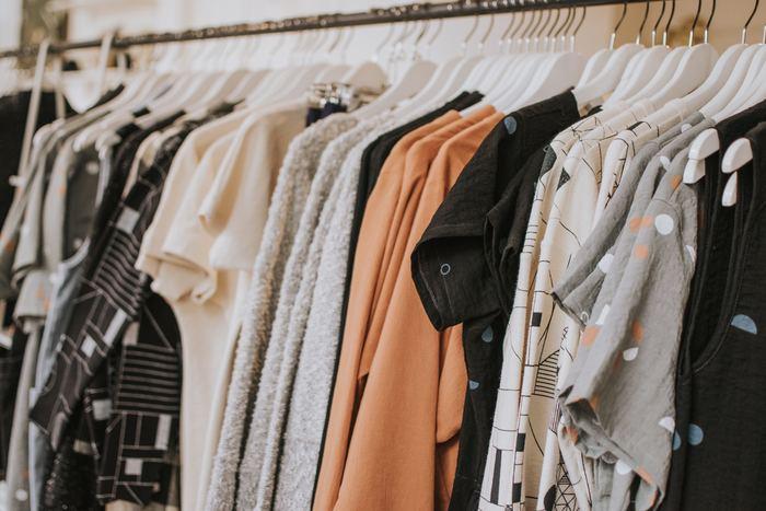 自分の持っている服の数を把握している人は、あまりいないと思います。まずは、自分が持っている服を全て出すところから始めましょう。ひとつひとつ手に取ることで、自分が所有している服と向き合ういいきっかけにもなります。