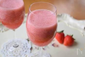 ピンク色が可愛らしいいちごジュースは、ミキサーがあれば簡単に作れます。水の分量を氷にすれば、しゃりっとした冷たいドリンクが楽しめますよ。