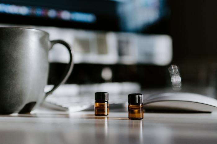 でも、香水本体からアトマイザー(詰め替えボトル)やお気に入りの瓶などへ移し替えたくなるときってあると思います。いつでも身軽に香りが持ち運べますからね。そんなとき、香水瓶の種類にもよりますが、ジョイント部分はニッパーなどを使ってシール部分を切りながら開けると良いでしょう。スプレータイプの場合は、一度開けてしまうとその後戻すのも難しくなりますのでアドマイザーに移すという目的以外には開けないようにしましょう。ただし、アトマイザー等は保存容器ではないので、こちらに入れた香水はなるべく早く使い切りましょう。