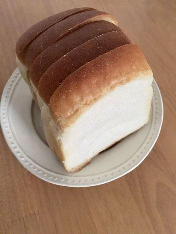 お店自慢の山型食パンは、トーストすると外はカリッ、中はモチモチ。生地も濃密で大満足。このほか、ミルクブレッドは、水を使わずに牛乳100%で練り上げるなど、こだわり抜いた美味しいパンが並びます。