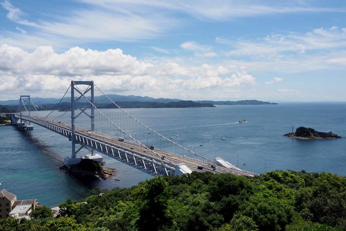 四国側から淡路島へ行く場合は、徳島まで飛行機、そして車やバスで大鳴門橋を渡り、淡路島の南側へ。徳島へ旅行の際に寄ってもいいかもしれませんね。空港からは、徳島駅など淡路島へ行けるバスに乗れるところまで移動しなければならないので、レンタカーを借りたり、事前にバスの運行状況を調べておくとよいかもしれません。