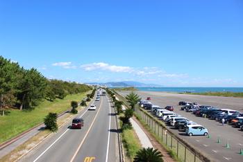 広い淡路島内の移動は、主に車・バスになります。車の運転ができる方は、レンタカーを借りるのがおすすめです。淡路島内にもレンタカーのお店はありますが、お店まではバスでの移動になることがあるので、本州や四国などで車を借りて橋を渡るのが便利です。 もちろん、車の運転ができない人も島内の路線バスがあるので大丈夫。島内路線バスのお得なチケットで、たっぷり旅を楽しみましょう。