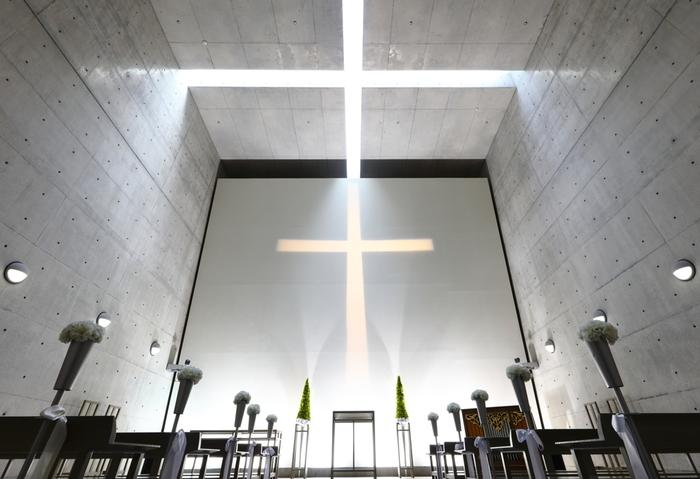「淡路夢舞台」に併設された「ウェスティンホテル淡路」内には安藤忠雄建築の「海の教会」があります。コンクリートの屋根のすき間から差し込む光で生まれる十字架が幻想的で美しい!こちらはもちろん結婚式を挙げることができます。思い出の式になりそうですね。