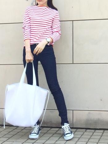 SAINT JAMESの爽やかな「ボーダーバスクシャツ」は、大人のマリンスタイルに欠かせない定番アイテムのひとつです。細身のスキニーパンツ×赤いバスクシャツの女性らしい着こなしがとっても素敵ですね。こちらのようにスニーカーを合わせる場合は、カジュアルになり過ぎないようスキニーパンツを選ぶと、より新鮮な印象で着こなせますよ◎。
