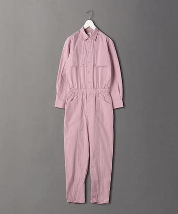 桜のような素敵なピンクのオールインワンは、襟元を大きめに開けて、コンバースなどのスニーカーを合わせてボーイッシュに着こなしたいアイテムです♪